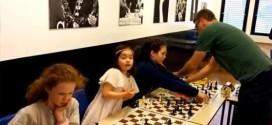 Noruega.- Una niña de seis años humilla al gran maestro del ajedrez