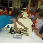 Hay acciones, como coronar, que requieren posturas poco habituales en el mundo del ajedrez