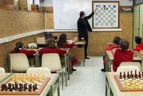 Libros y tableros de ajedrez en la vuelta al colegio en España