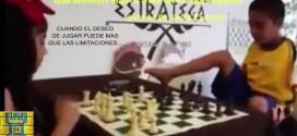 INCREIBLE: Niño sin brazos juega ajedrez con el pie (VIDEO)