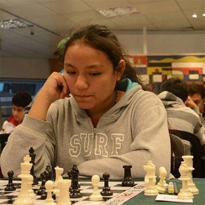 La peruana Melanie Dongo tendrá que jugar a muerte en la última ronda si quiere ser campeona.
