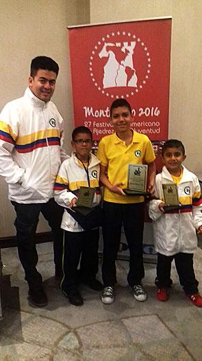 Los ajedrecistas palmiranos Santiago Ávila (2°de izq. a der.), José Gabriel Cardozo (c) y Santiago Quiñonez se destacaron en el Campeonato Panamericano de Ajedrez en Uruguay. Estuvieron acompañados por el entrenador Nolberto Carvajal.