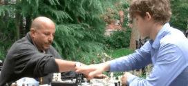 Mira cómo el mejor jugador de ajedrez del mundo aplasta a los ajedrecistas callejeros de Nueva York