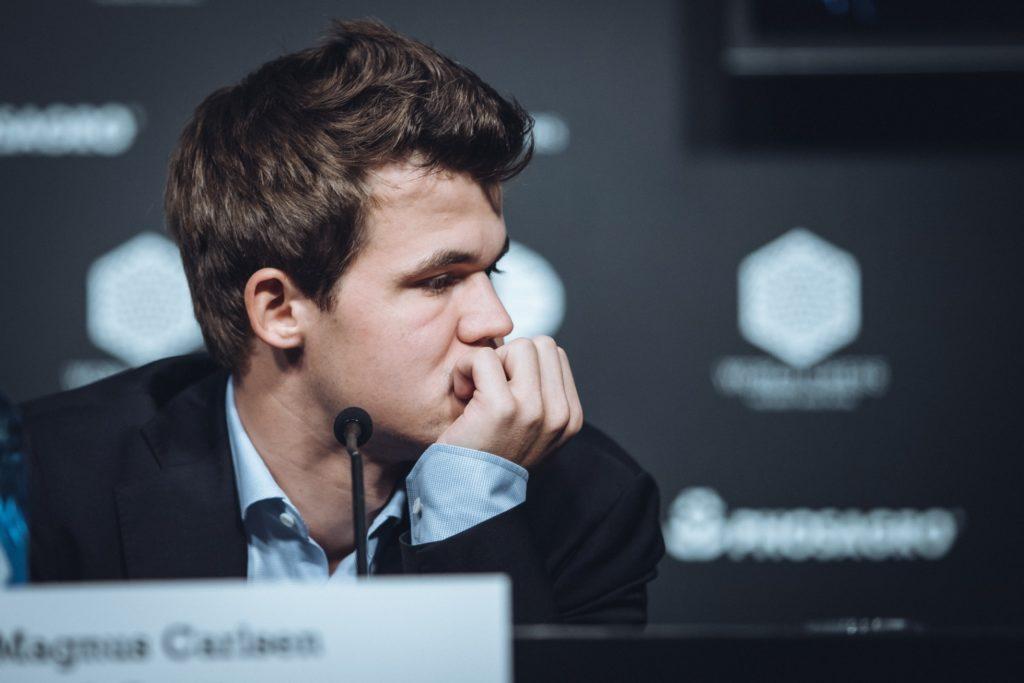 Carlsen espera a Kariakin en la conferencia de prensa antes de marcharse sin empezarla porque el ruso tardaba en llegar. MAX AVDÉIEV