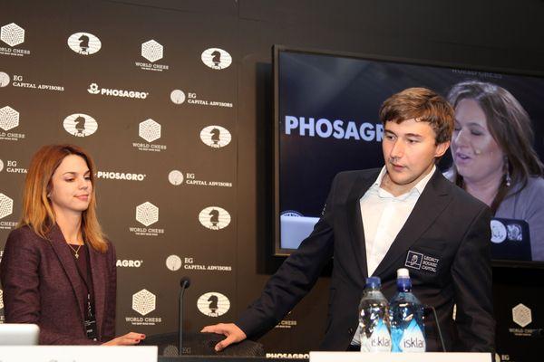 Llegada de Karjakin a la conferencia de prensa despues de perder con Carlsen en la décima partida. Su rostro lo dice todo.