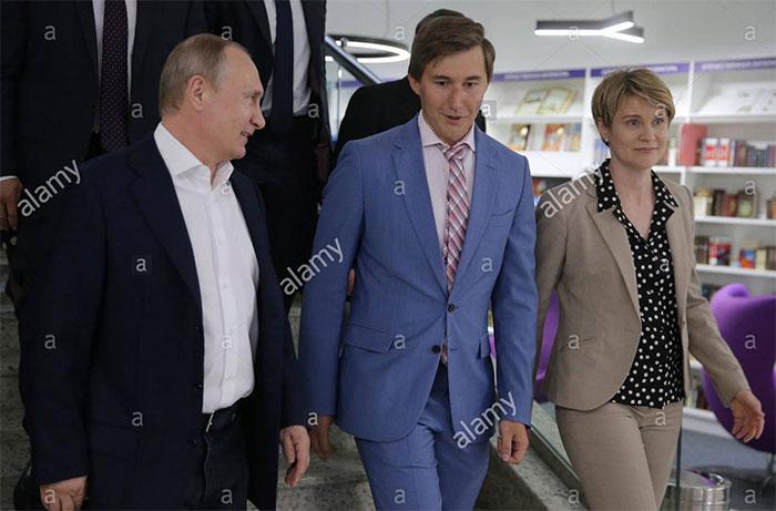 El presidente ruso Vladimir Putin, el gran maestro ruso de ajedrez Sergey Karjakin y Yelena Shmelyova, jefa del centro de educación Sirius para niños superdotados. La simpatía entre ambos también es evidente algo que odia Kasparov.