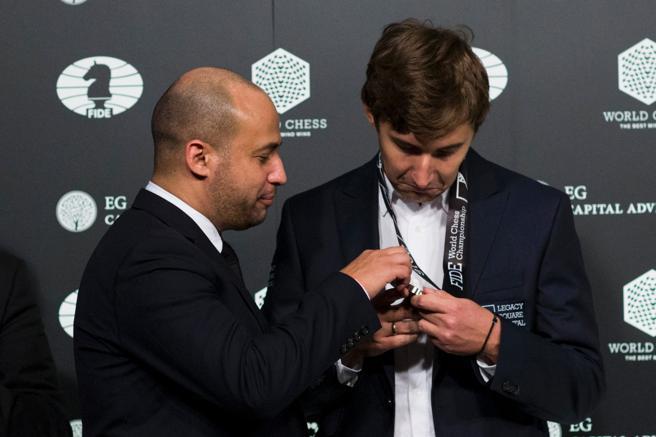 Sergey Karjakin recibió una medalla como subcampeón del mundo (Eduardo Muñoz Ávarez / AFP)