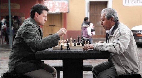 Peña Nieto juega una discutida partida de ajedrez en México