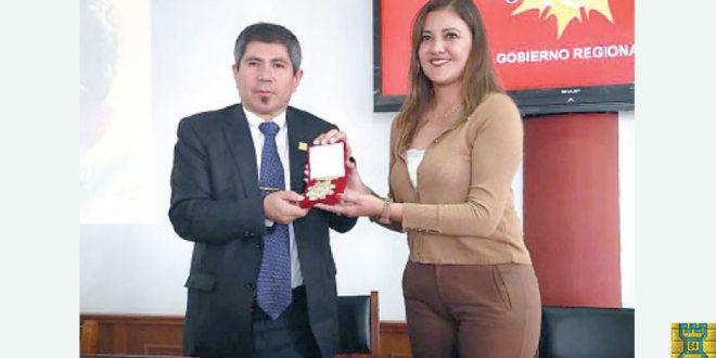 Arequipa, Per.- Condecoran al campeón de ajedrez Julio Granda